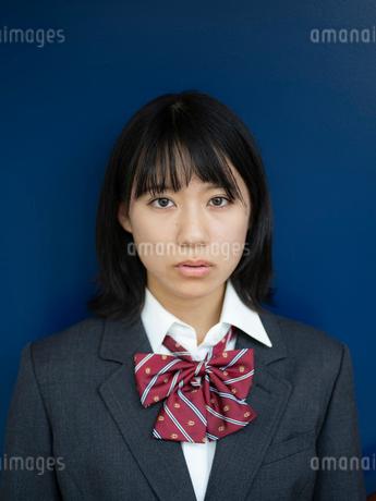 見つめる女子高校生の写真素材 [FYI01220706]