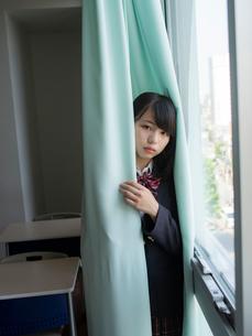 カーテンに包まる女子高校生 FYI01220713