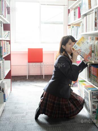 図書室の女子高校生の写真素材 [FYI01220716]