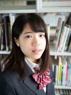 図書室の女子高校生の写真素材 [FYI01220717]