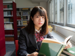図書室の女子高校生 FYI01220719