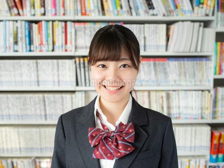 図書室の女子高校生の写真素材 [FYI01220720]