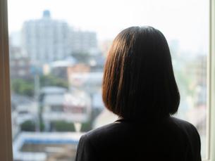 窓の外を見る女子高校生 FYI01220725