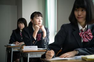 授業中に窓の外を見る女子高校生 FYI01220839