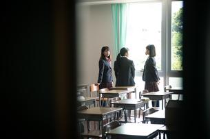教室で会話する3人の女子高校生 FYI01220847