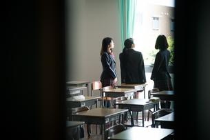 教室で会話する3人の女子高校生 FYI01220849