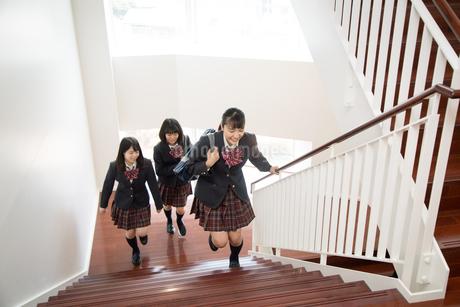 階段を駆け上がる3人の女子高校生の写真素材 [FYI01220865]