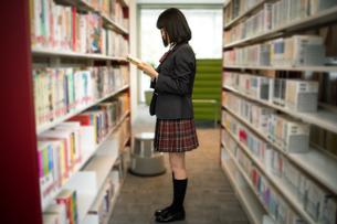 図書室で本を読む女子高校生 FYI01220874