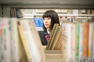 図書室で本を選ぶ女子高校生 FYI01220879
