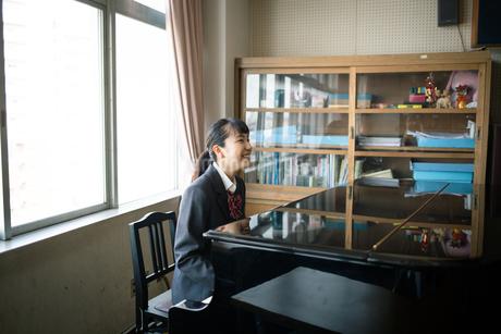 音楽室でピアノを弾く女子高校生 FYI01220886