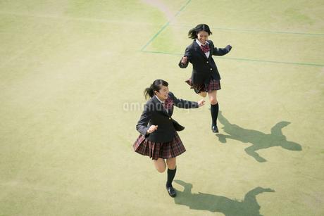 校庭を走る女子高校生の写真素材 [FYI01220893]