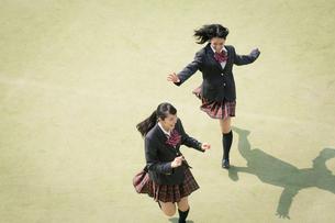 校庭を走る女子高校生の写真素材 [FYI01220894]