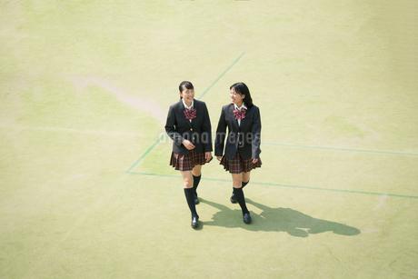 校庭を歩く女子高校生 FYI01220901