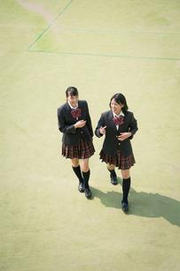 校庭を歩く女子高校生 FYI01220906