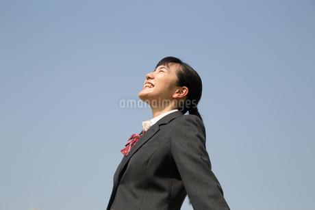 青空と笑顔の女子高校生 FYI01220913
