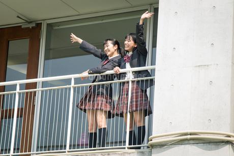 手を振る2人の女子高校生の写真素材 [FYI01220922]