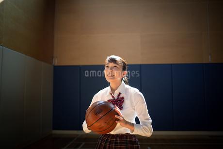 バスケットボールを持つ女子高校生 FYI01220925