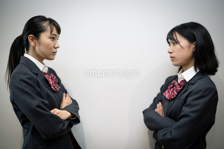 対峙する女子高校生 FYI01220951