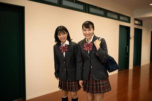 挨拶する2人の女子高校生 FYI01220957