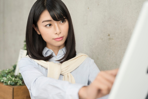 iPadを操作中の20代OL女性 FYI01221395